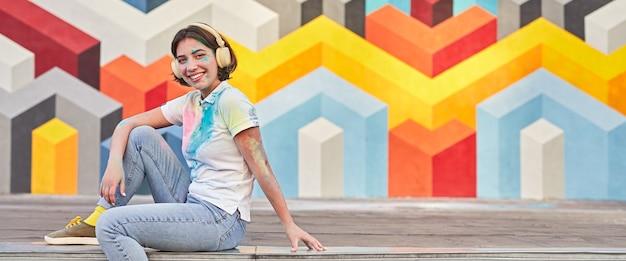 Gelukkig vrouwelijke hipster in hoofdtelefoons