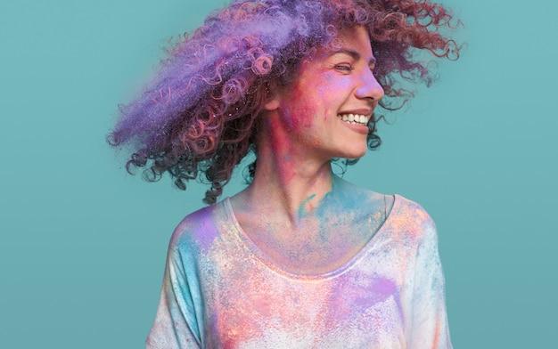 Gelukkig vrouwelijke hipster kleurrijke haren schudden