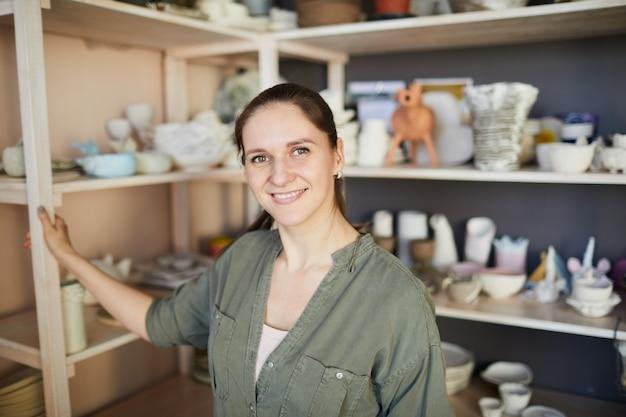 Gelukkig vrouwelijke keramiste