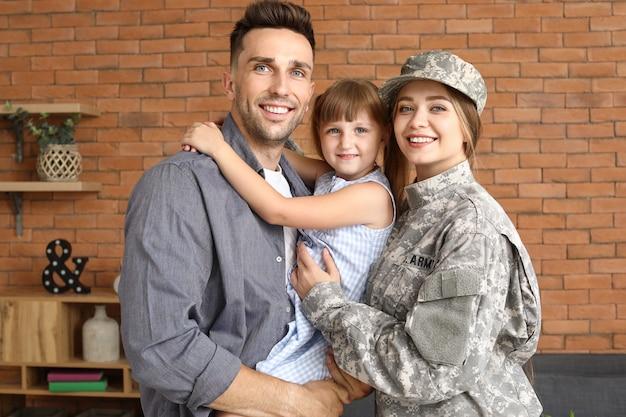 Gelukkig vrouwelijke soldaat met haar familie thuis