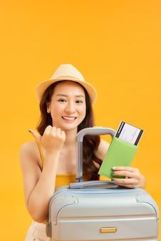 Gelukkig vrouwenmeisje met koffer en paspoort