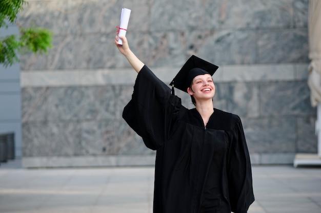 Gelukkig vrouwenportret bij haar graduatiedag het glimlachen