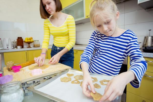 Gelukkig weekend - zustermeisjes koken een linzer-koekjes in de keuken