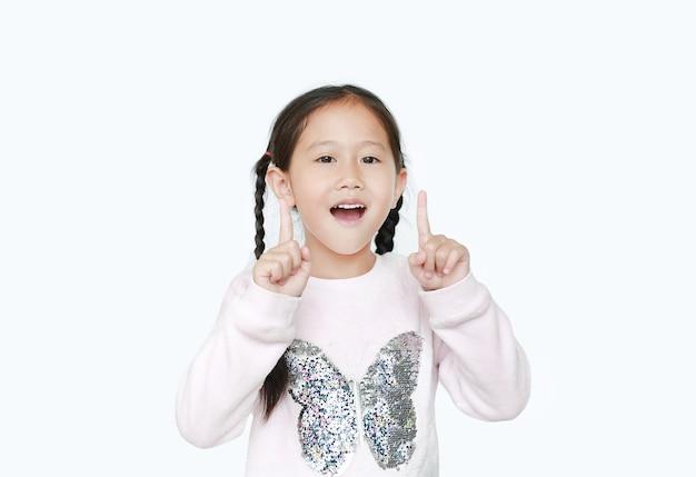 Gelukkig weinig aziatisch kindmeisje die omhoog geïsoleerde wijsvinger twee richten.
