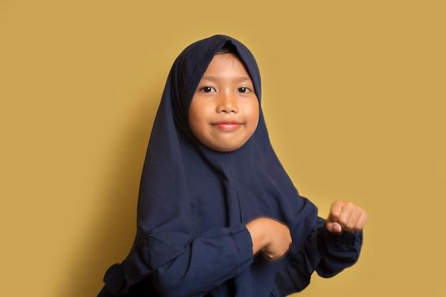 Gelukkig weinig aziatische moslim hijab meisje dansen