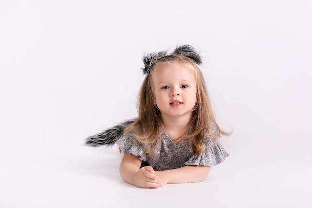 Gelukkig weinig grappig emotioneel kindmeisje in leuk kerstwolfkostuum op wit