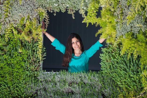 Gelukkig wijfje temidden van groene installaties