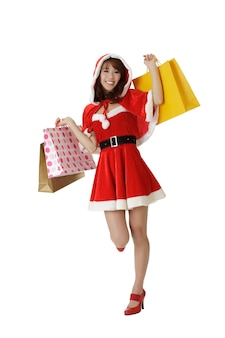 Gelukkig winkelen kerst vrouw met zakken geïsoleerd dan wit.