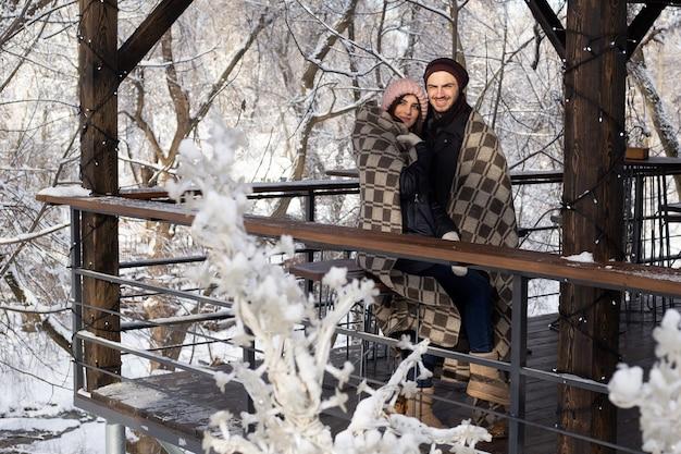 Gelukkig winter reizen paar in sint valentijnsdag.