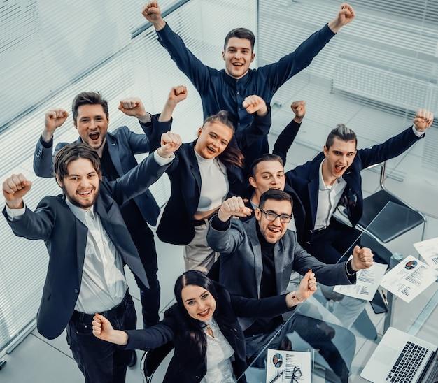 Gelukkig zakelijk team op de werkplek op kantoor