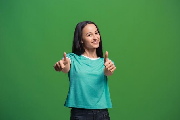Gelukkig zaken vrouw permanent en glimlachend geïsoleerd op groene studio