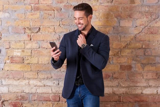 Gelukkig zakenman met behulp van smartphone
