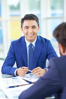 Gelukkig zakenman met een workmate