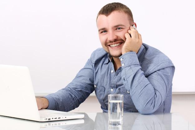 Gelukkig zakenman praten door mobiel