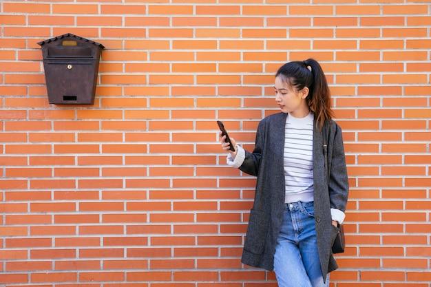 Gelukkig zakenvrouw in de straten met smartphone