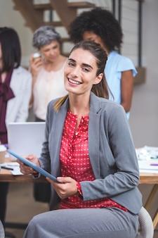 Gelukkig zakenvrouw met behulp van digitale tablet