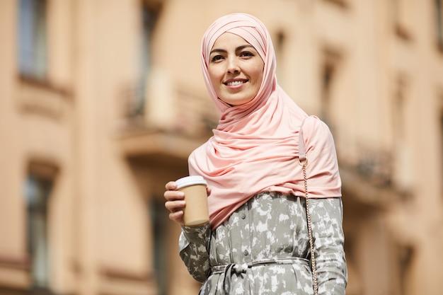 Gelukkig zakenvrouw midden-oosten met koffiekopje