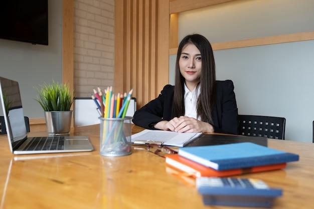 Gelukkig zakenvrouw of accountant glimlachen en klaar voor werk moeilijker.