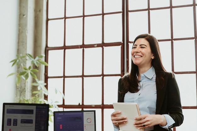 Gelukkig zakenvrouw presenteren in een vergadering