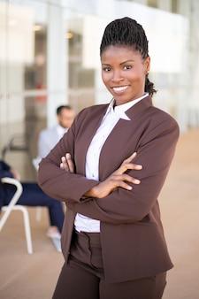 Gelukkig zelfverzekerde vrouwelijke professional