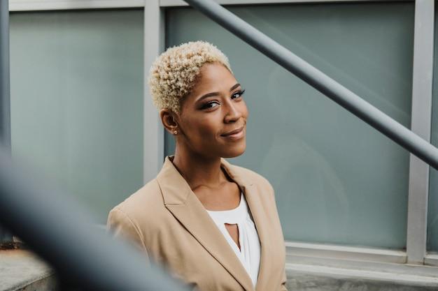 Gelukkig zelfverzekerde zwarte zakenvrouw bij de stappen