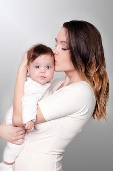 Gelukkig zorgzame moeder en haar schattige baby meisje