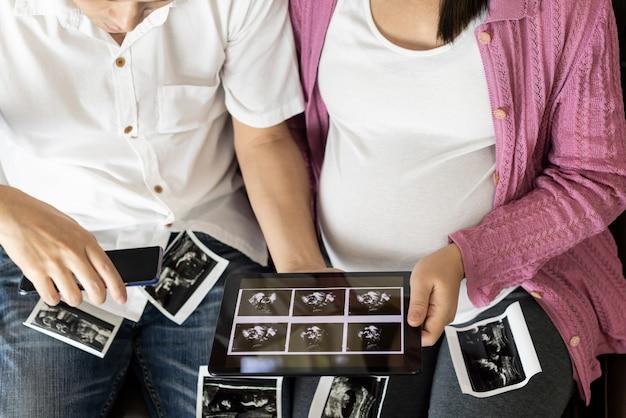 Gelukkig zwanger paar van man en vrouw.