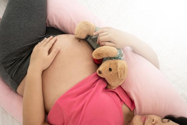 Gelukkig zwangere vrouw en verwacht baby.
