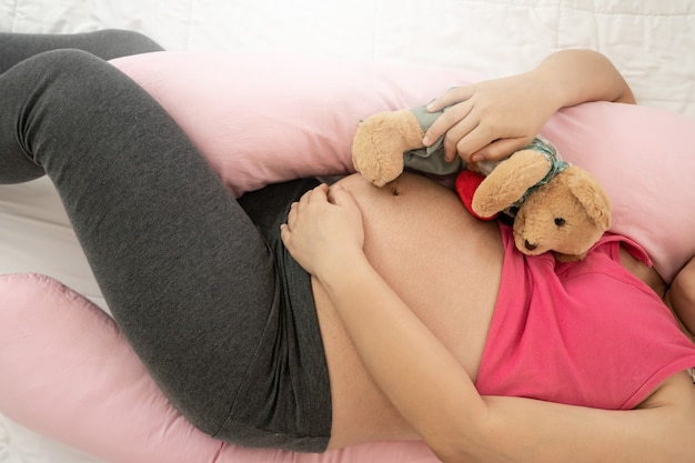 Gelukkig zwangere vrouw met baby in zwangere buik. kraamzorg en zwangerschap van de vrouw.