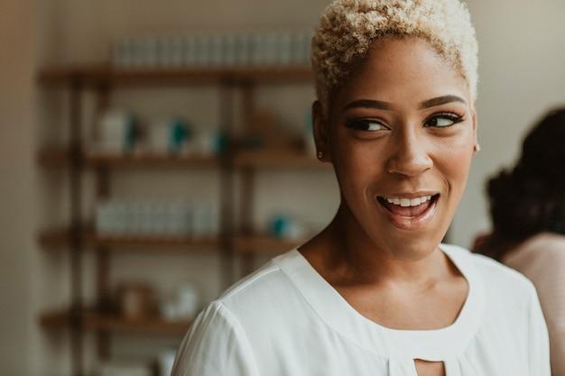 Gelukkig zwarte vrouw in een café