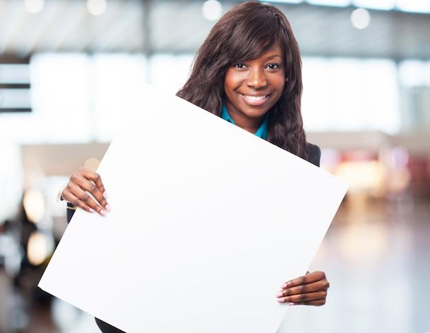 Gelukkig zwarte vrouw met een banner