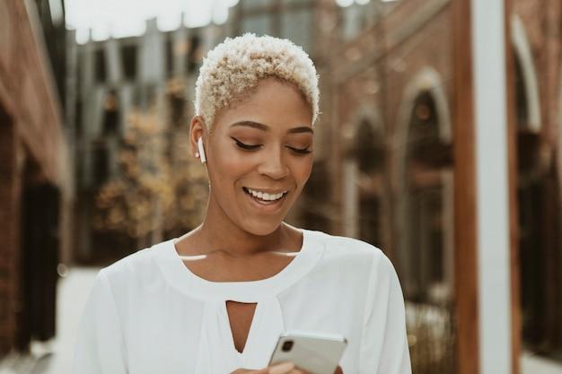 Gelukkig zwarte vrouw op haar telefoon