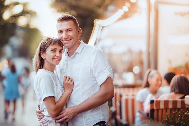 Gelukkige aantrekkelijke paar op de straten van de stad