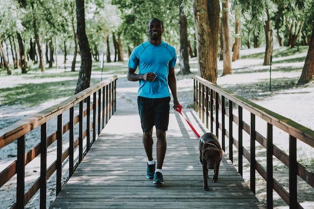 Gelukkige afrikaanse amerikaanse mensenjogging op voetgangersbrug