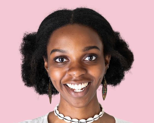 Gelukkige afrikaanse jonge vrouw, gezichtsportret