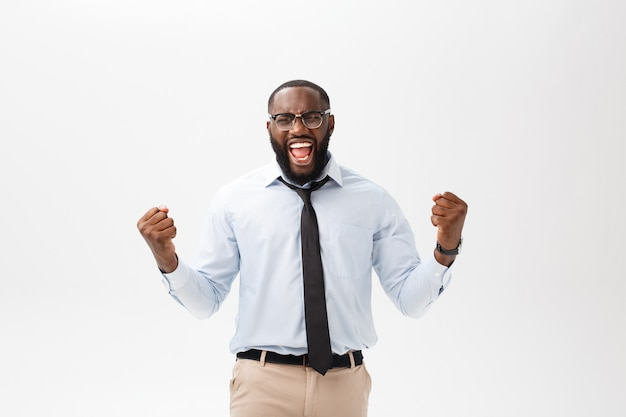 Gelukkige afrikaanse zakenman die een collectief grijs overhemd en een zwart-bandje draagt dat de lucht slaat