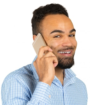 Gelukkige afro-amerikaanse man met behulp van een mobiele telefoon