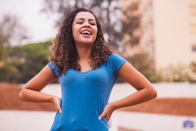 Gelukkige afrovrouw bij de camera. jonge afro vrouw die lacht