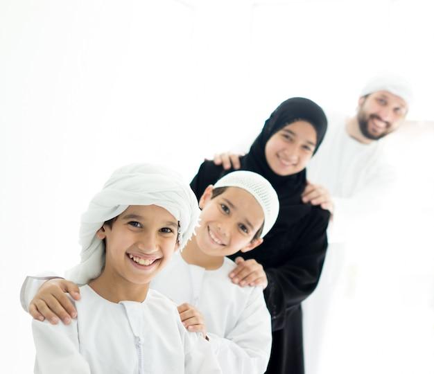 Gelukkige arabische familie die prettijd hebben die zich in lijn thuis bevinden
