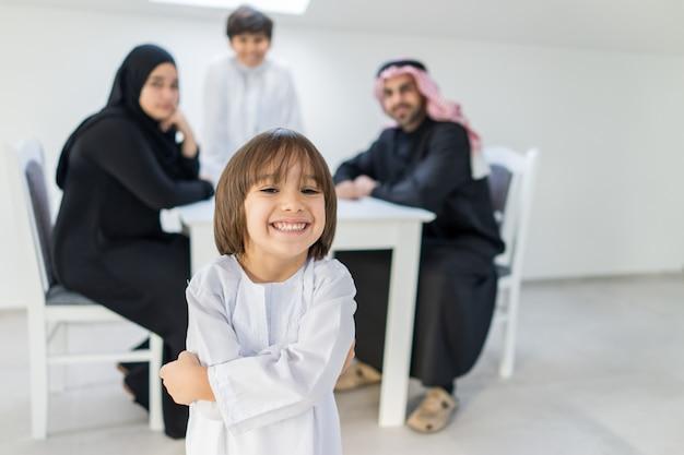 Gelukkige arabische familie in de eetkamer