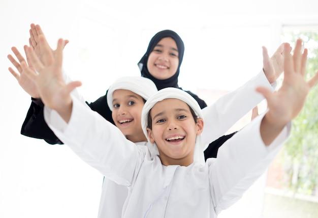 Gelukkige arabische familie plezier thuis