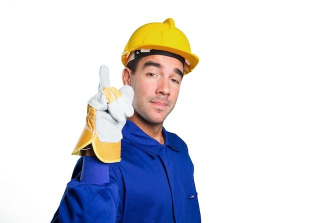 Gelukkige arbeider met nummer één gebaar op witte achtergrond