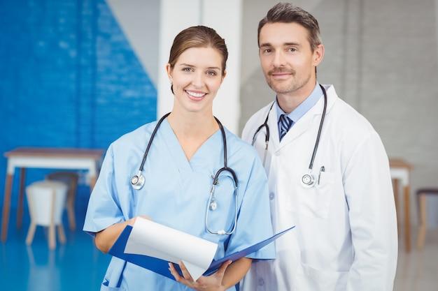 Gelukkige artsen die klembord houden