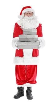 Gelukkige authentieke kerstman met een stapel geschenkdozen