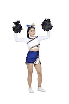 Gelukkige aziatische cheerleader met pom poms in de lucht