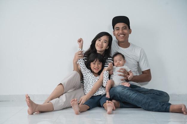 Gelukkige aziatische familie die vrijetijdskleding draagt