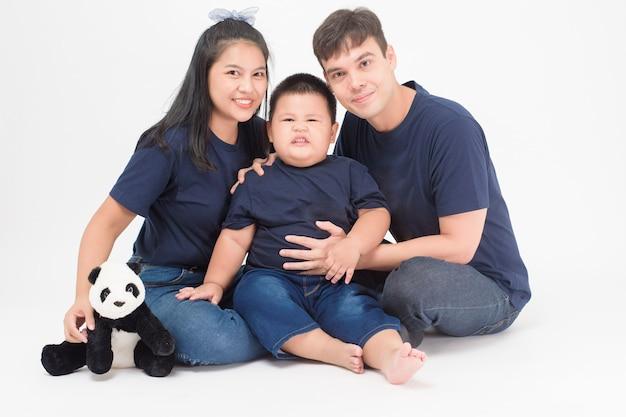 Gelukkige aziatische familie genieten met zoon in studio