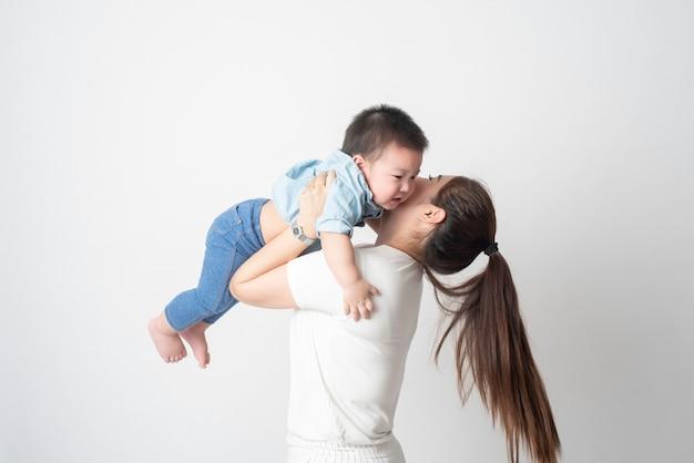 Gelukkige aziatische familie genieten met zoon