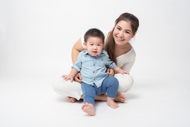 Gelukkige aziatische familie is genieten met zoon