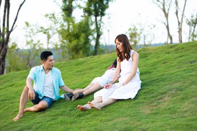Gelukkige aziatische familie spelen met kinderen in het park. gelukkige familie vader moeder en kind dochter